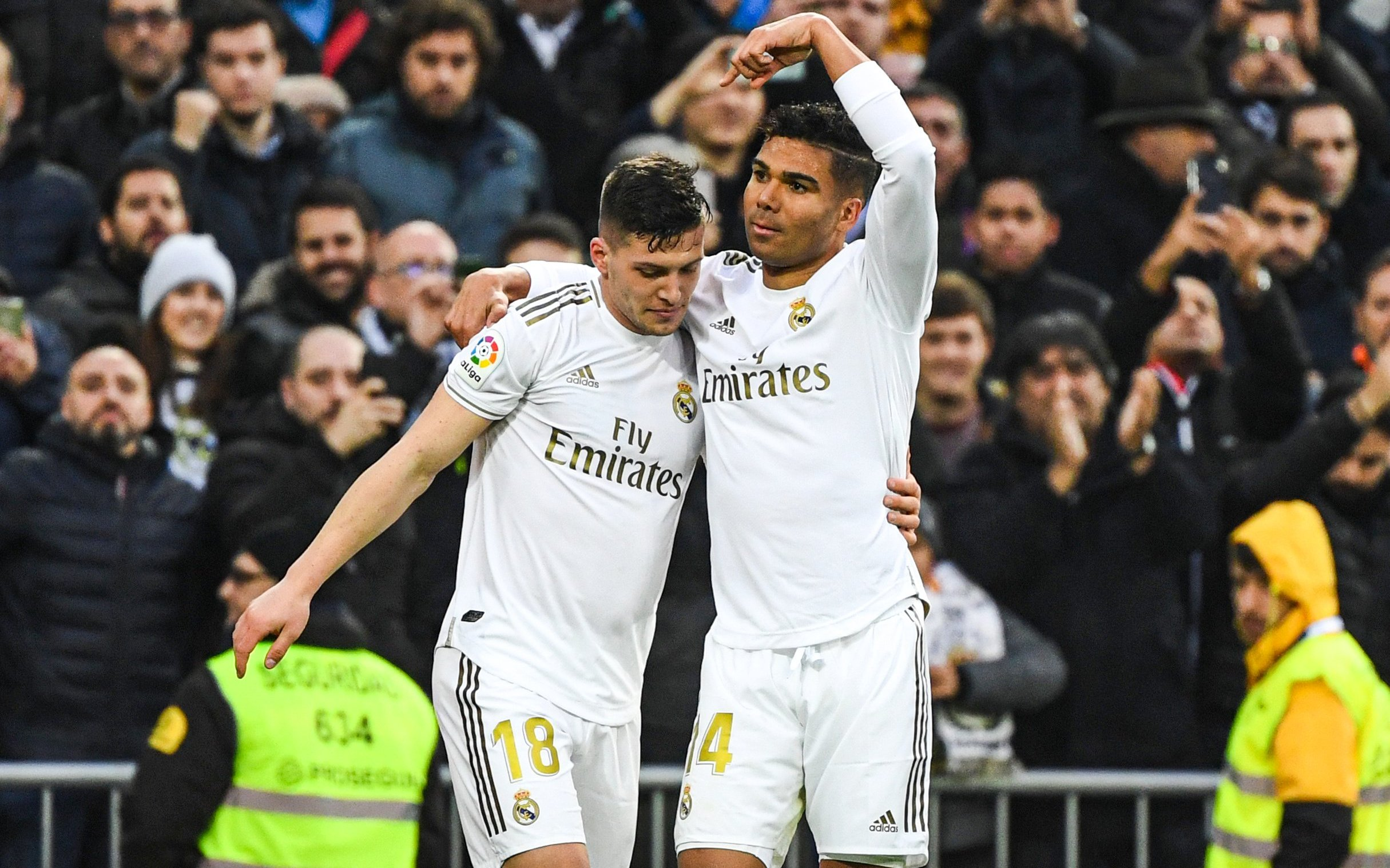 ثنائية كاسيميرو تقود ريال مدريد لفوز صعب على إشبيلية والحفاظ على صدارة الليغا