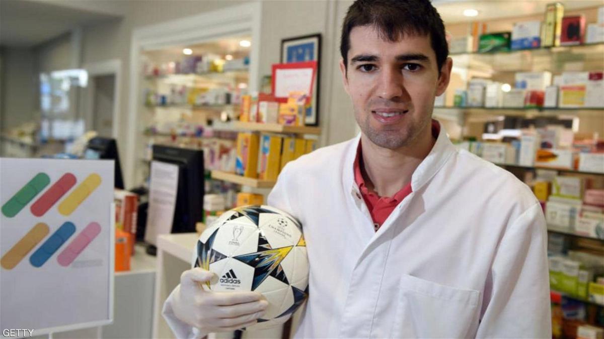 لاعب إسباني يُقرر العمل في صيدلية للمساعدة في محاربة فيروس كورونا
